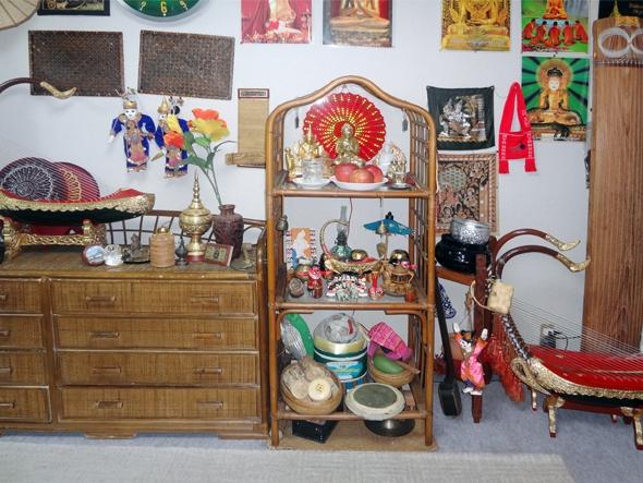 室内にはミャンマー雑貨