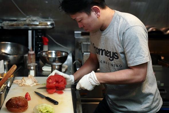 トマトを分厚く切ります